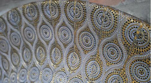 Miroir de déco mural en métal et verre, ambiance oriental, découpe métal style moucharabieh, finition doré ancien