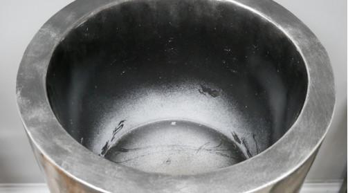 Granse vase cache pot en polyrésine pour usage intérieur ou extérieur, finition métal effet brossé, formes géométrique en facade, Ø33cm
