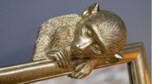Miroir de table en résine avec représentation d'un petit singe en partie haute, finition dorée