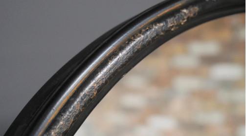 Miroir psyché en métal, finition oxydée vieillie, ambiance atelier, noir usé