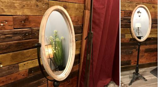 Miroir ovale et inclinable sur pied en métal, encadrement en bois effet ancien, ambiance indus vintage