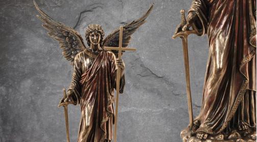Statuette de l'ange Zadkiel en résine finition laiton vieilli, ambiance royaume des dieux