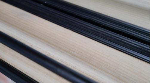 Miroir horizontal en métal et tablette d'appoint en bois de sapin brut, ambiance moderne