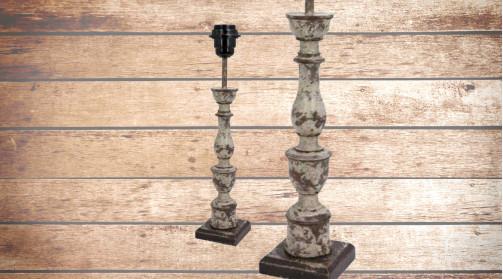 Pied de lampe en bois sculpté, finition ancienne crème et bois naturel, ambiance vieille maison