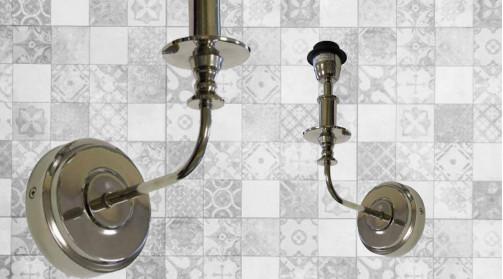 Applique murale en métal finition chromée brillante, en forme d'ancien chandelier mural avec colerette et base ronde