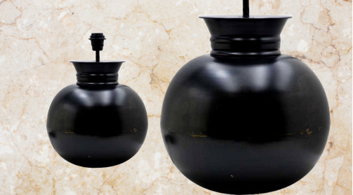 Pied de lampe en forme de boule, finition foncée noir charbon effet ancien, ambiance classique vieille maison
