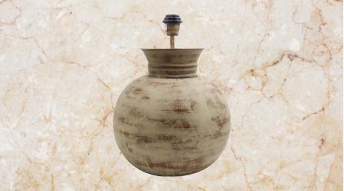 Pied de lampe en métal finition brun sableux avec patine brune, ambiance chaleureuse