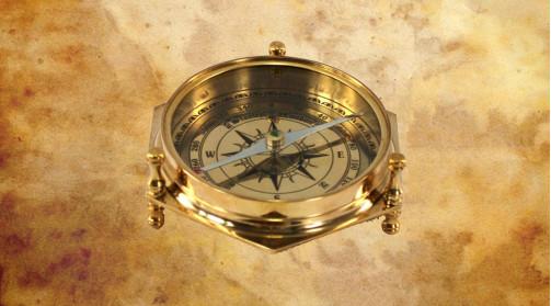 Boussole en laiton doré et verre, ambiance cabinet de curiosité