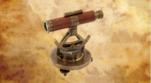 Alidade de navigation ou compas de relèvement en laiton vieilli